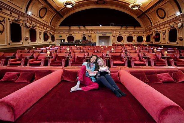 Este cinema localizado em Londres é provavelmente um dos cinemas mais confortáveis do mundo. Com enormes poltronas que compõem grande parte dos assentos, há até camas de casal na parte de trás da sala. Isso sem falar nos cobertores que são disponibilizados para todos os espectadores