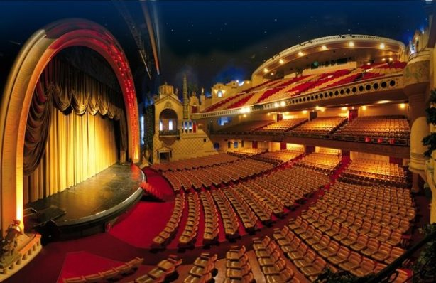 Simplesmente o maior cinema da Europa, com 2800 lugares. Localizado em Paris, o Le Grand Rex foi concebido para simular um teatro épico