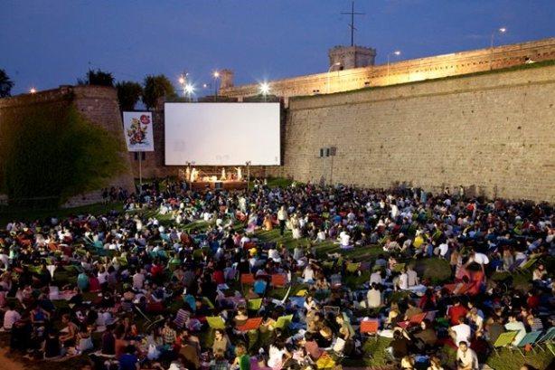 Trata-se de um cinema teoricamente mais simples, em que você deve levar seu próprio cobertor, cadeiras e alimentos. Contudo, a localização compensa. No pátio de um castelo histórico de Barcelona, assistir qualquer filme aqui não é algo que pode ser facilmente esquecido.