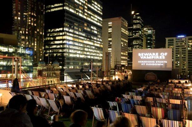 esse cinema está localizado no terraço de um alto edifício de Melbourne, na Austrália. Com 185 lugares (que são compostos por cadeiras de praia), ver um filme aqui certamente é algo diferente. Só torcemos para que não chova na sua sessão.