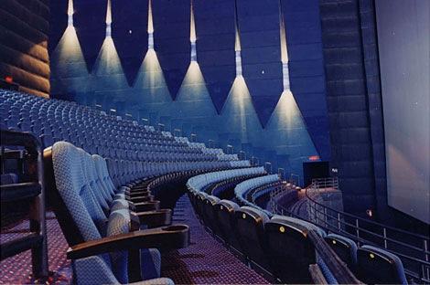 Localizado na cidade de Hyderabad, na Índia, o Prasads é o cinema IMAX com uma das maiores telas 3D do mundo (!), com 21x28 metros.
