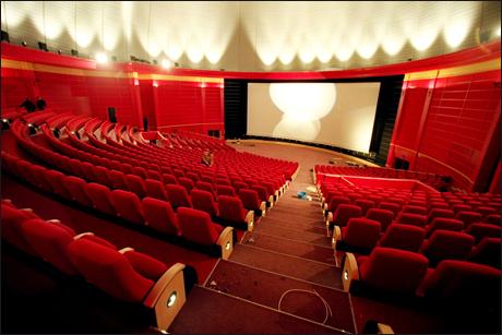 Na capital da Noruega, Oslo, podemos encontrar o Colosseum Kino. Esse visual arredondado, além de ser muito bonito, foi desenvolvido especialmente para melhorar o desempenho das caixas de som da sala. A construção também permite que os expectadores consigam visualizar o telão de um modo satisfatório em qualquer assento.